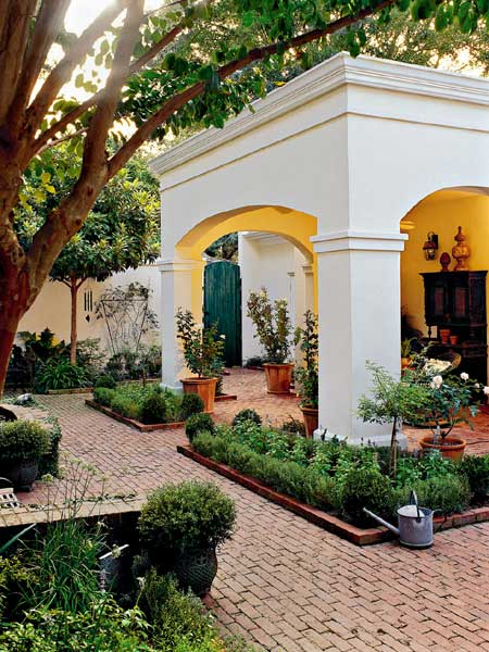 Brick driveway image brick design in courtyards for Courtyard driveway house plans