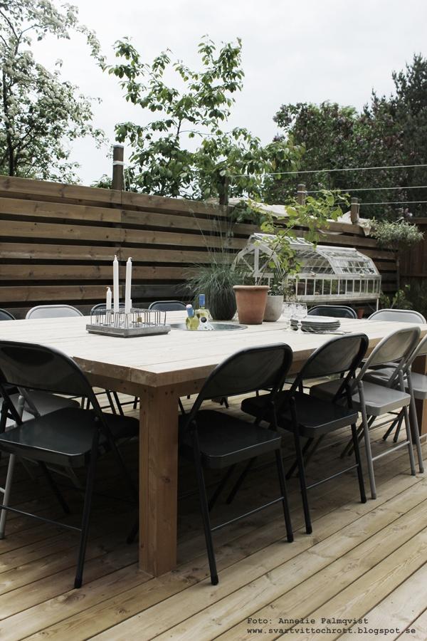 bygga ett bord, altanbord, stort bord till trädäcket, diy, utemöbler, stolar, fällbara stolar från house doctor, trädäck, uteplats, patio,
