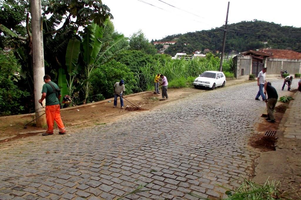 Nesta sexta, a Rua Jaguaribe, na Fazendinha, recebeu a visita de duas turmas da Prefeitura equipadas com ferramentas adequadas para o trabalho de capina, varrição e poda