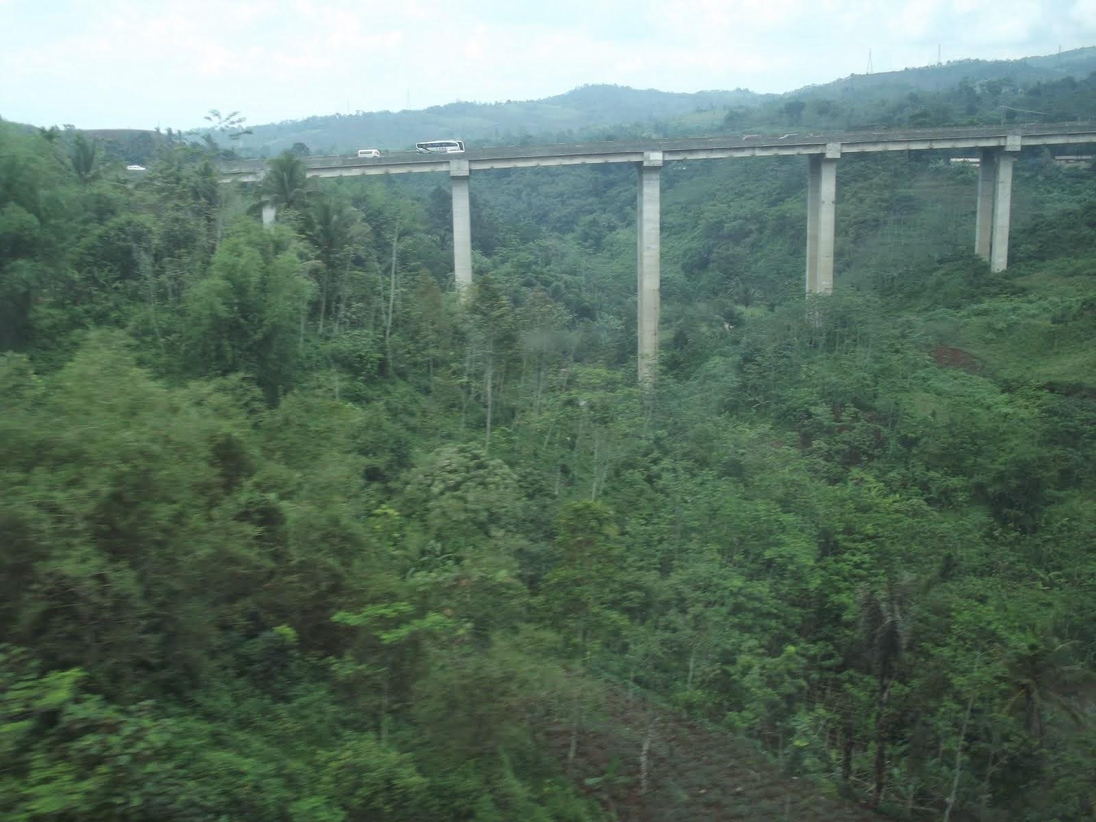 Pemandangan Jalan Raya Memecah Bukit Purwakarta, Jawa Barat, Indonesia