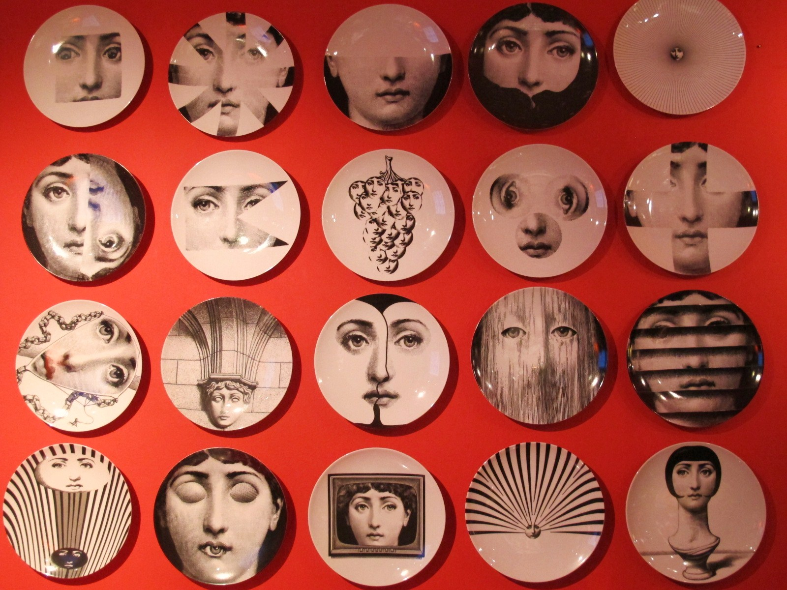 papier peint fornasetti visage. Black Bedroom Furniture Sets. Home Design Ideas