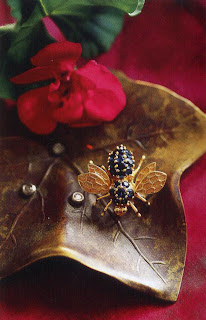 An insect sitting on a leaf—what could be more natural! The leaf is made of bronze, set with tiny diamond drops, and the small fly from the 1960s is made of gold and sapphires.