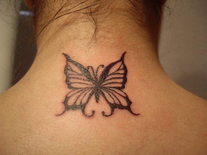 Tattoo mariposa nuca. title=