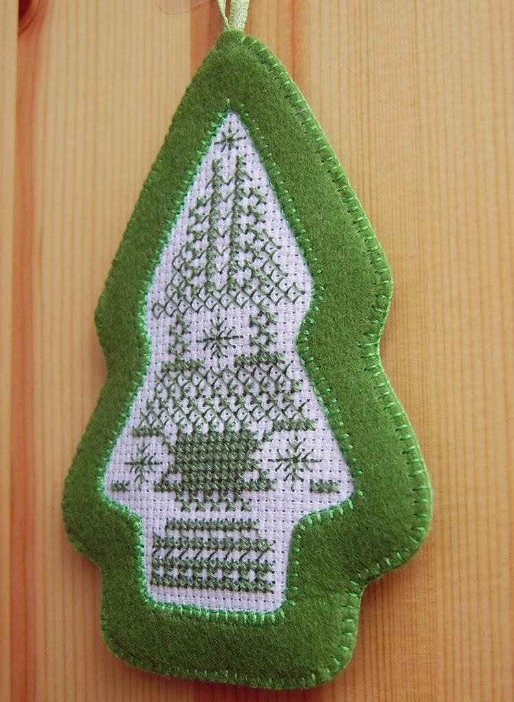 Рождественская елочная игрушка из фетра с вышивкой