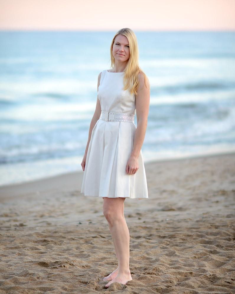 trumpa balta vestuvinė suknelė