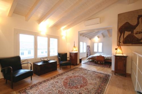 Open space minimalista restyling appartamento anni 39 50 for Piccoli interni rustici della cabina