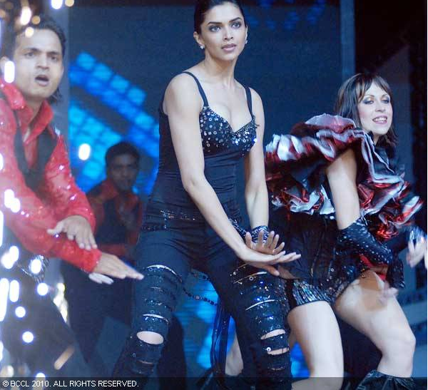 Deepika padukone in black dress performing dance - Deepika padukone Dance Performance Pics in black dress