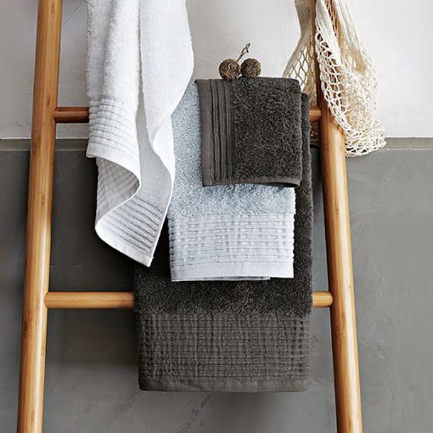 Una escalera como toallero para el bano05