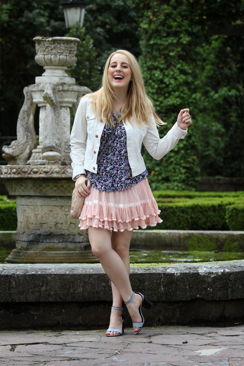 falda_rosa_romantica-blusa_azul_flores-blogger_moda_bilbao