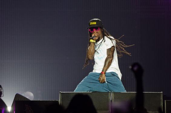 Irritado, Lil Wayne joga microfone para o alto e abandona o palco