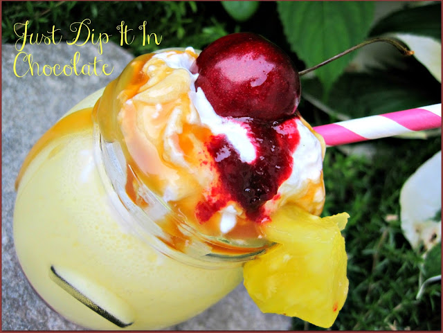 Pineapple Upside-Down Smoothie Recipe, the sweet taste of the classic cake without spending hours in the kitchen or baking! Have a straw and your favorite shades and enjoy paradise with this delicious smoothie!