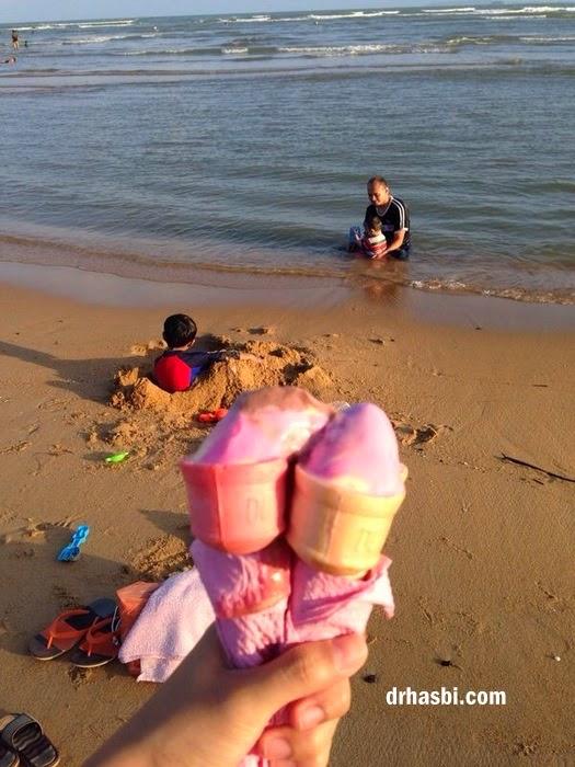 mandi di Pantai Cherating sambil berkelah