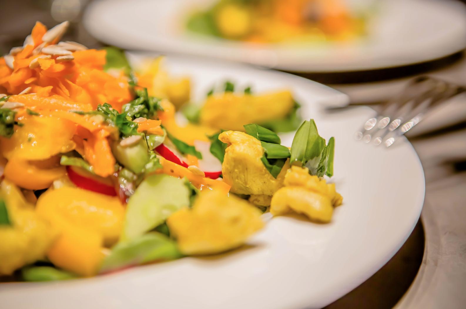 Mangoldsalat mit Hähnchenfilet und schöner Farbgebung in Gelb und Grün