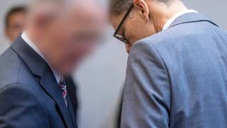 πρώην διευθυντής της εταιρίας κατασκευής τανκς Krauss Maffei Wegmann-Ο Olaf Ε   συζητά στο Περιφερειακό Δικαστήριο του Μονάχου με το δικηγόρο του Rainer Spatscheck.