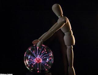 fotografia de um modelo de madeira na bola de plasma