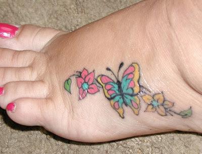 tatuagem de borboleta e flores nos pés