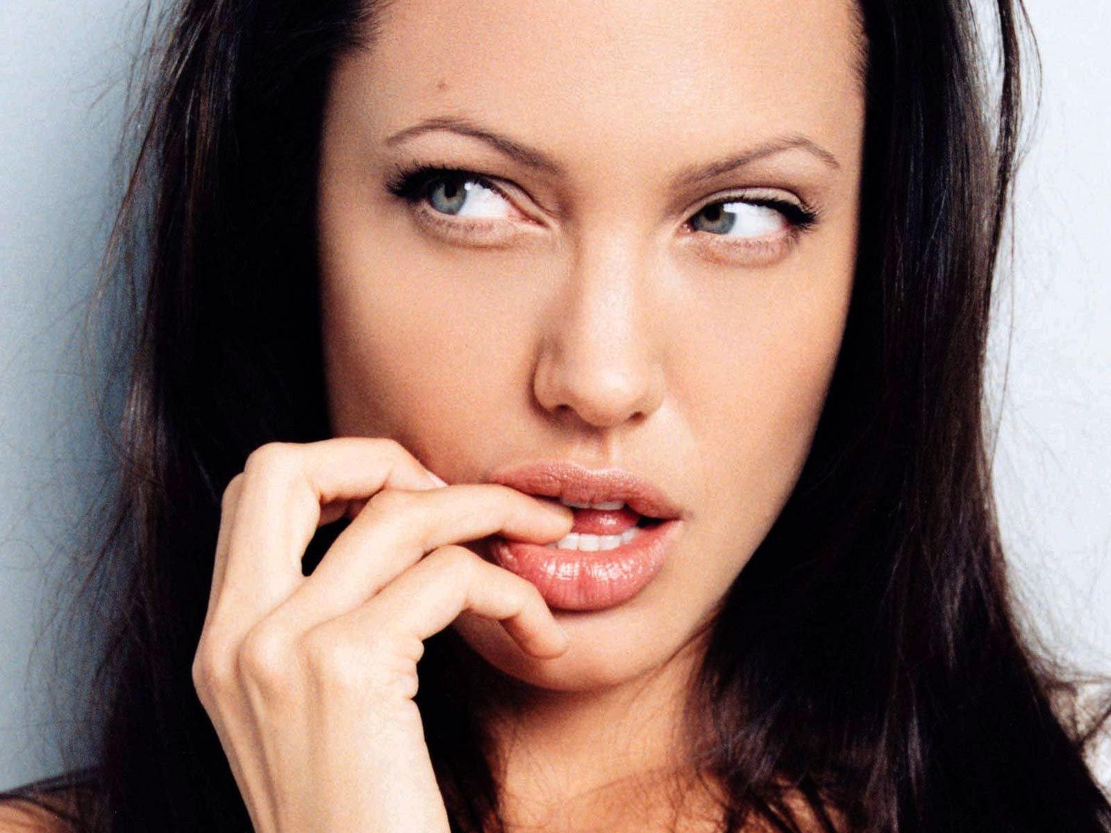 http://1.bp.blogspot.com/-JApjj9OUy4Q/T6EvTN3_KmI/AAAAAAAAA5Y/gwLWVPA06Ao/s1600/929-celebrity_angelina_jolie_wallpaper.jpg