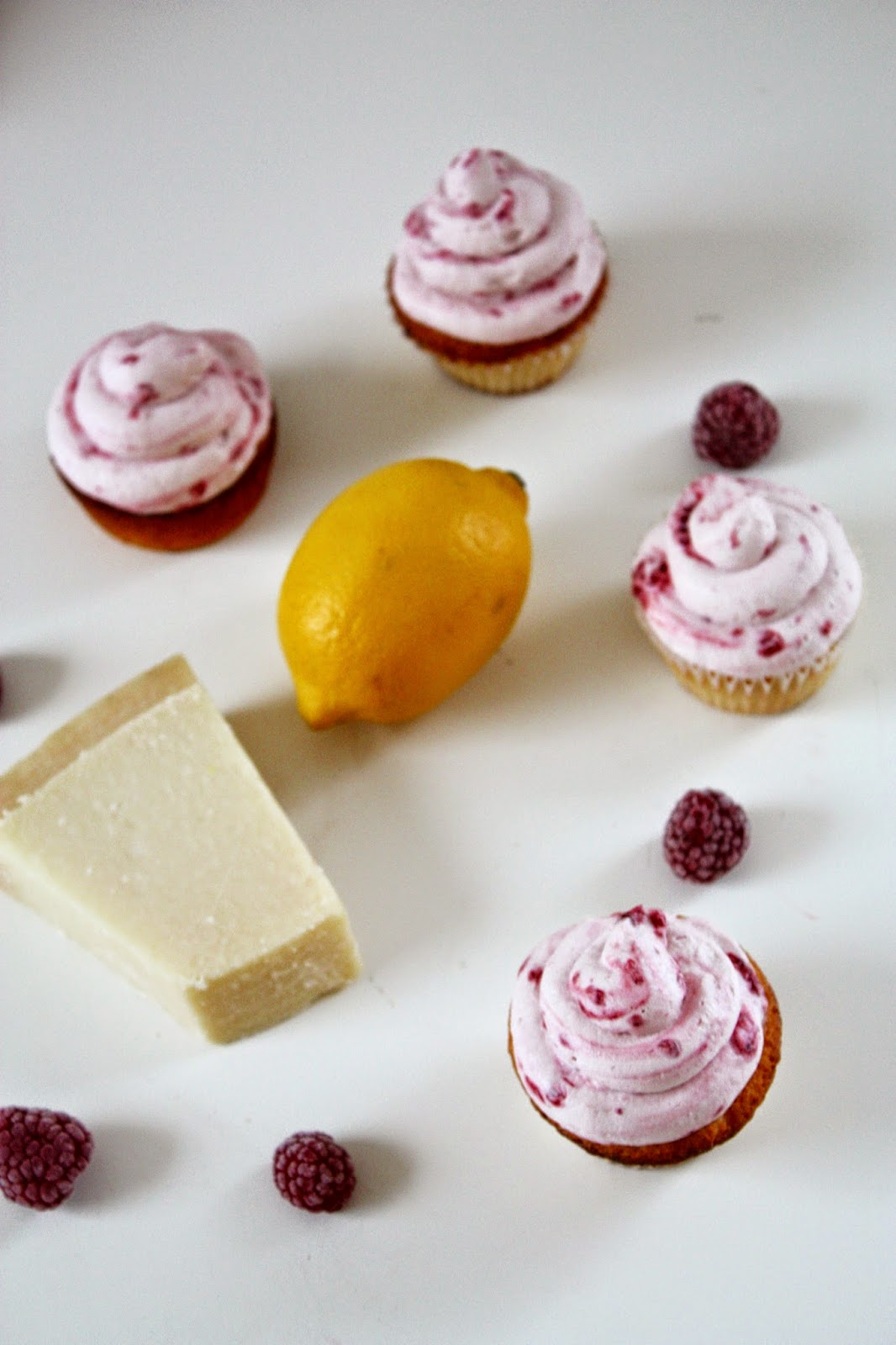 Lemon Sour Cream Cupcakes Himbeer Sahne Topping