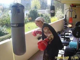 smesna slika, baba bokser