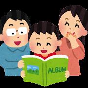 アルバムを見ている家族のイラスト