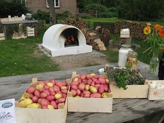 På krogerups høstmarked havde kokkeskolen tændt op i stenovnen og
