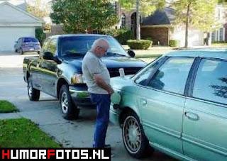 najsmjesnije slike sa autima, deda doliva gorivo