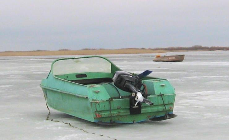 Моторная лодка Неман-2 с дополнительными пластинами на корме