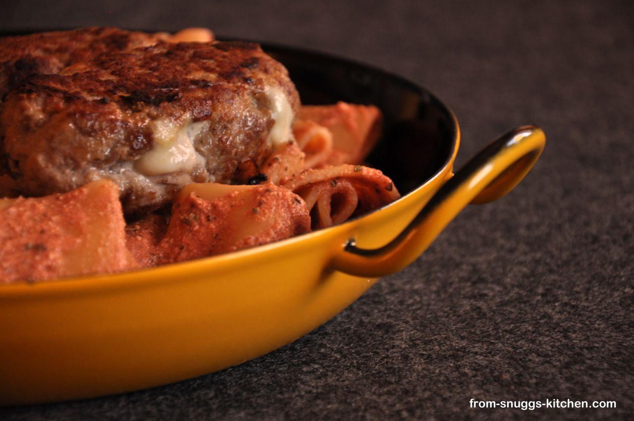 Pasta in Tomaten-Ricotta-Sauce und gefüllten Polpette