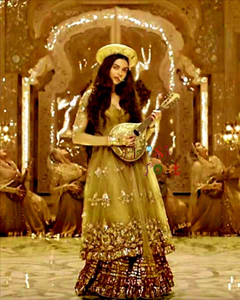 Deewani Deepika playing music instrument mandolin in Bajirao Mastani movie's song still