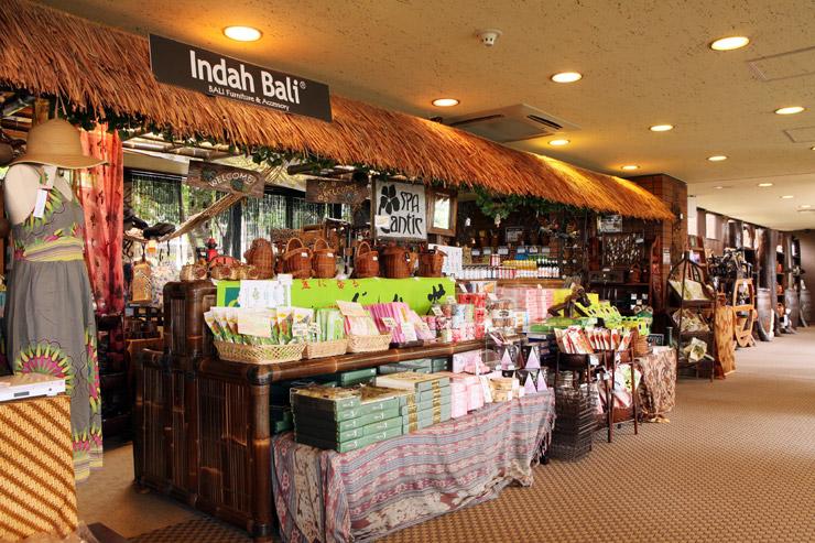 チェックアウト前に、お土産はいかがですか?伊豆の人気土産菓子はもちろん、バリ直輸入の雑貨や小物。アンダオリジナル商品なども取り扱っております。