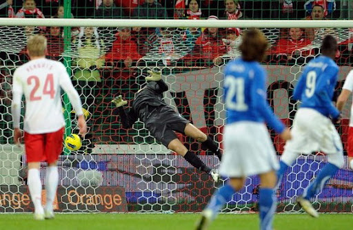 Poland goalkeeper Wojciech Szczęsny fails to save a long range effort from Italy forward Mario Balotelli