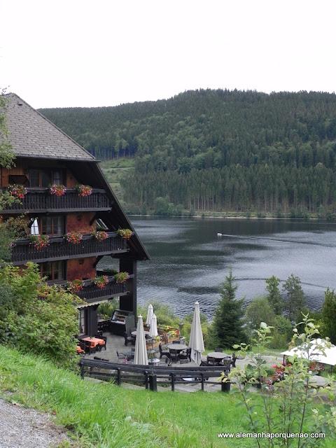 Lago Titisee e um tradicional hotel em frente ao lago: um sonho