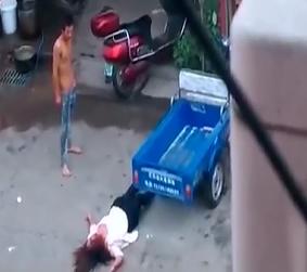 Brutal Golpiza a su esposo en plena via publica