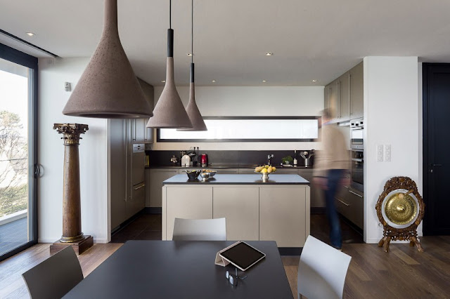 An artistic pillar, a gong decorate the simple kitchen and dining