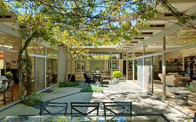 Modern homes los angeles 920 n kenter post and beam for Homes with courtyards in the middle