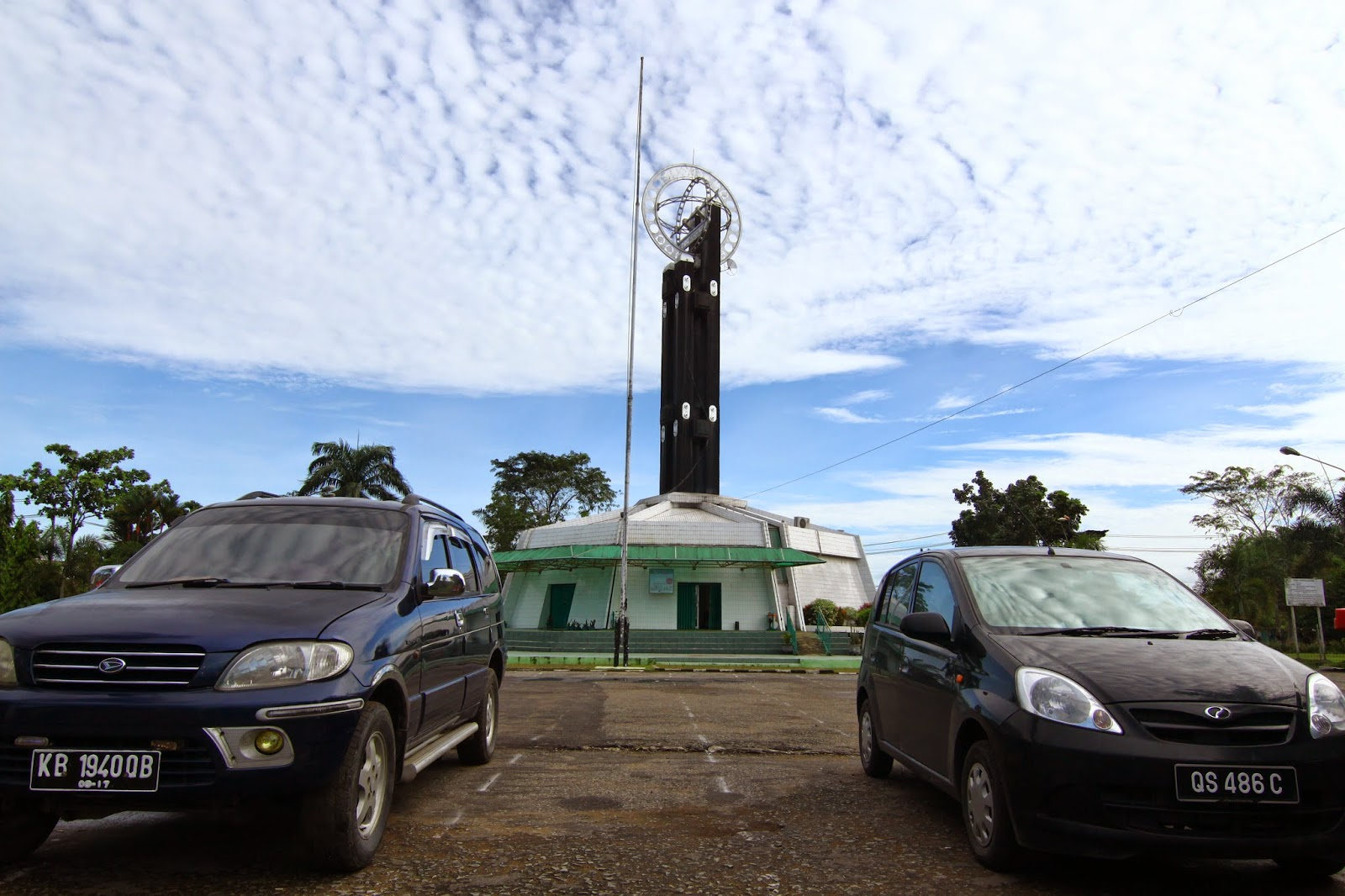 Parkir di depan Tugu Khatulistiwa, Pontianak