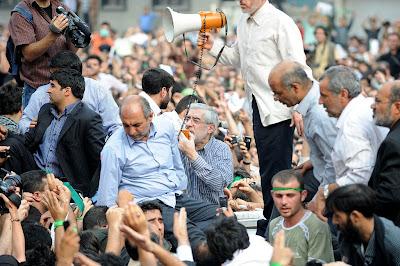 بلاک شدن در اسکایپ سبزنوشت: عکس های دیده نشده ای از میرحسین در تظاهرات 25 خرداد