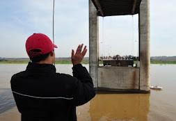 Eventon Oliveira acabou separado da mãe, que ficou do outro lado da ponte