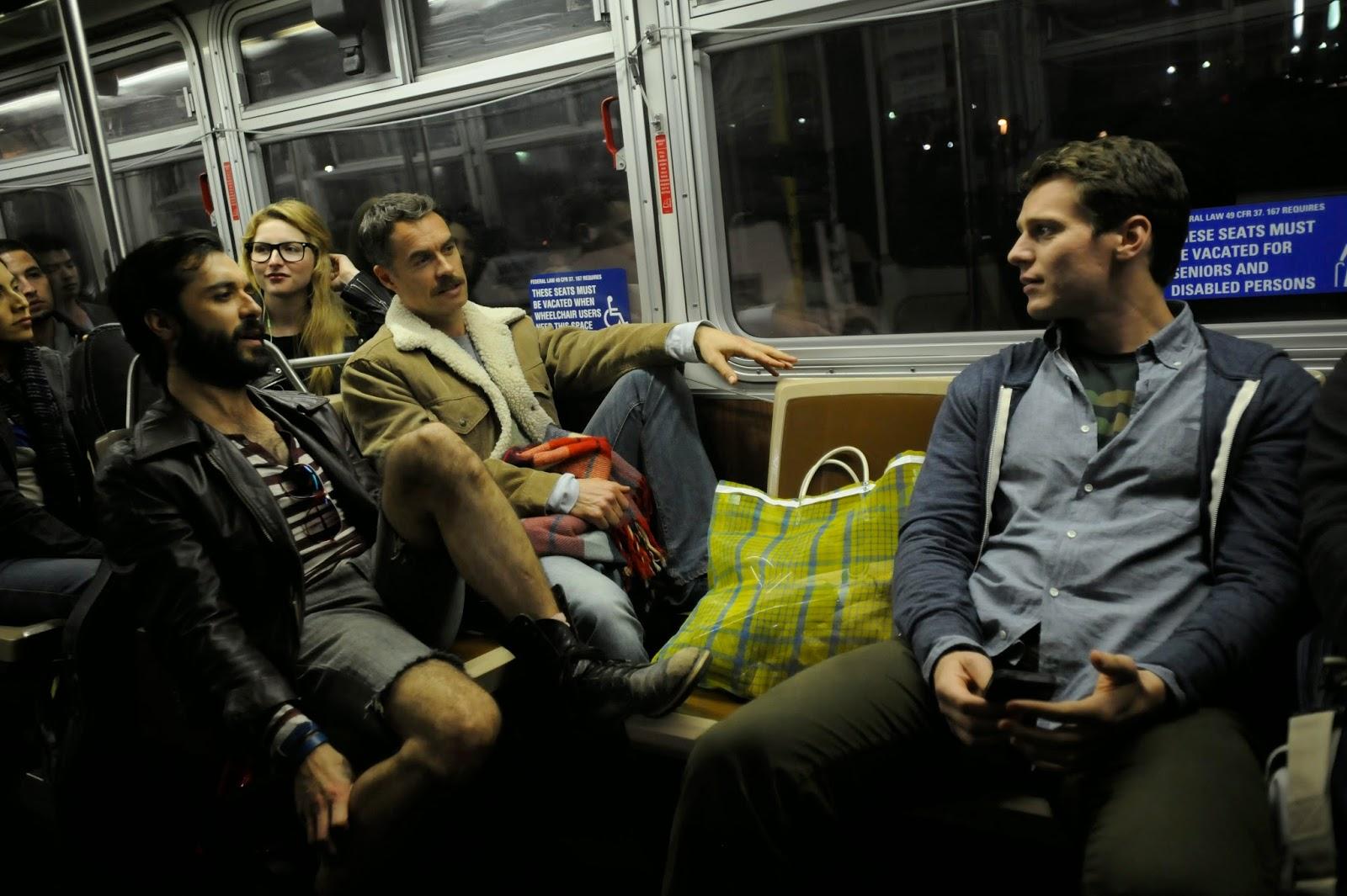 Agustín, Dom y Paddy, en un viaje en bus al principio del piloto