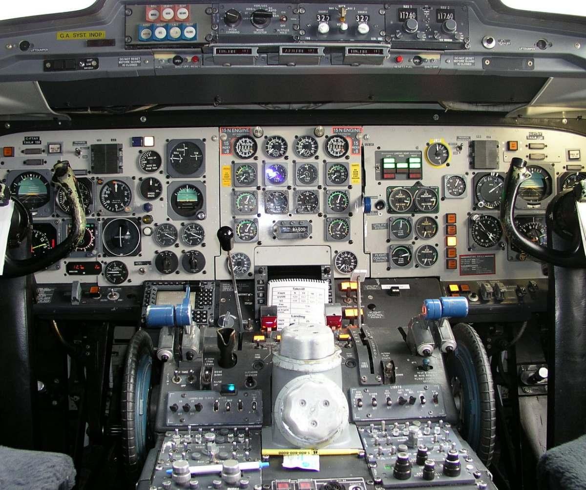http://1.bp.blogspot.com/-JH4swIUidFU/Tevqu40w-JI/AAAAAAAAFgg/dGhGHF6nzss/s1600/Fokker+100+cockpit+%25286%2529.jpg