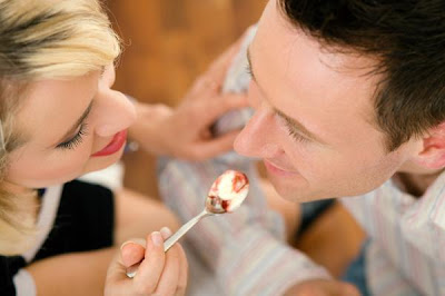 woman-feeding-man-dessert-food - كيف تعالجين عصبية زوجك بالطعام