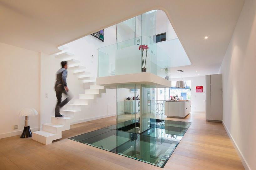 diseo interior minimalista en torno a una escalera acristalada