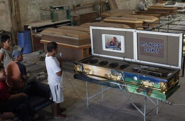SEORANG pekerja menguji sebuah keranda yang dilengkapi sistem karaoke di kilang milik Nogoy di wilayah Pampanga semalam.