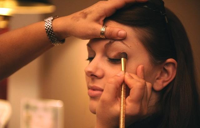 Tips Cara Aman Membersihkan Riasan Mata