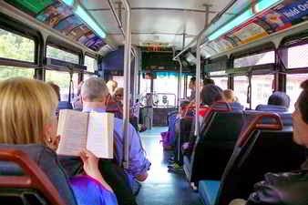 Pasajeros en un omnibus