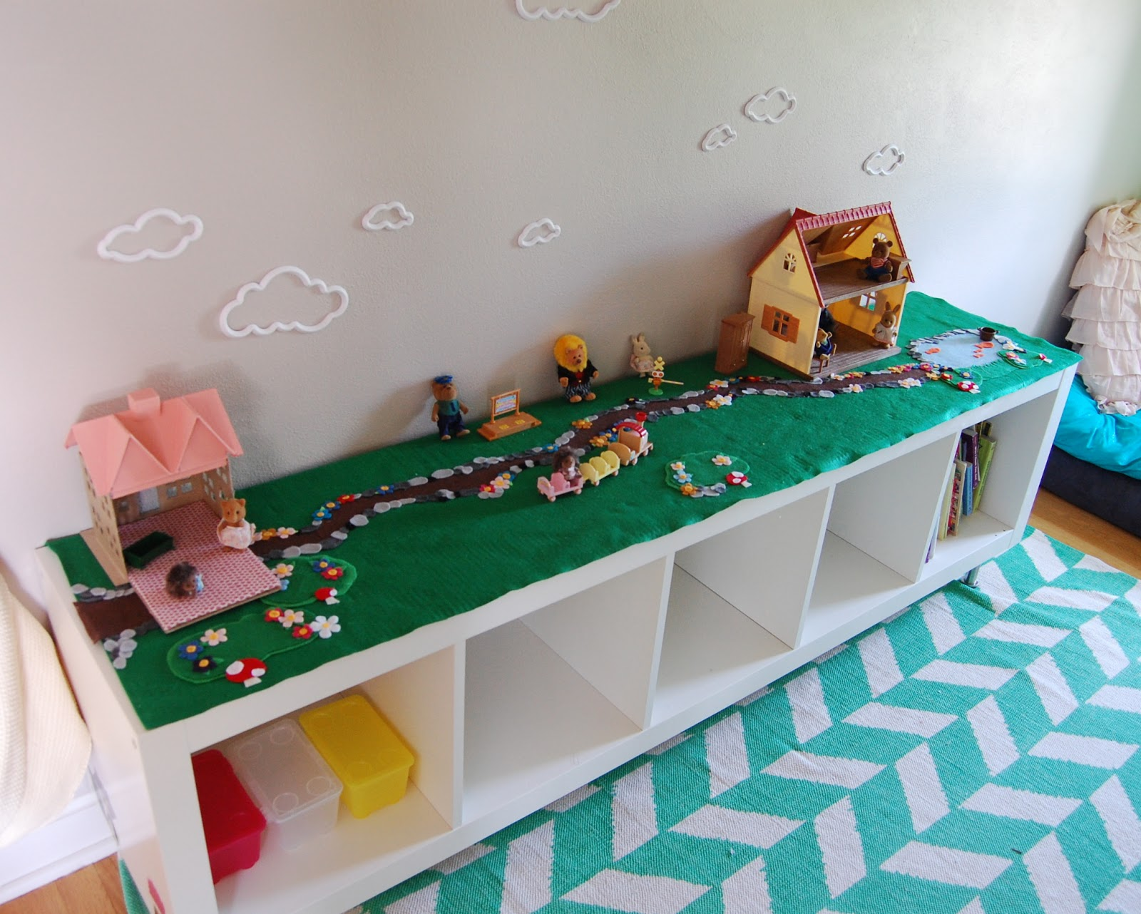 Away we go ikea expedit topped felt board outdoors scene for Chambre lego