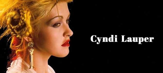 Foto de Cyndi Lauper de perfil, com olhar sério