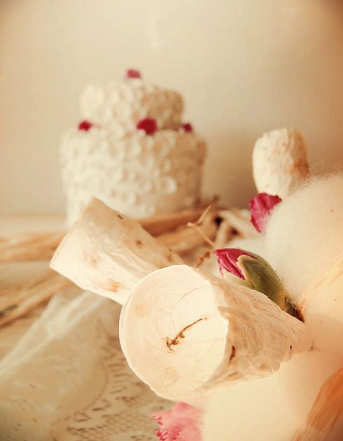 allestimento matrimonio ecologico: torta, centrotavola, eco bouquet di fiori di carta