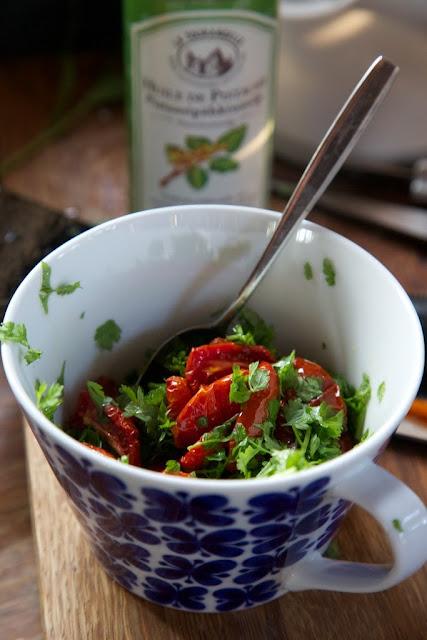 savustettua tomaattia ja kirveliä