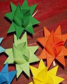 http://www.manualidadesblog.com/realiza-un-movil-de-papel-con-origami/